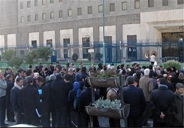 تجمع جمعی از کارکنان پتروشیمی مقابل مجلس/ شعری مقدم: حق با آنهاست